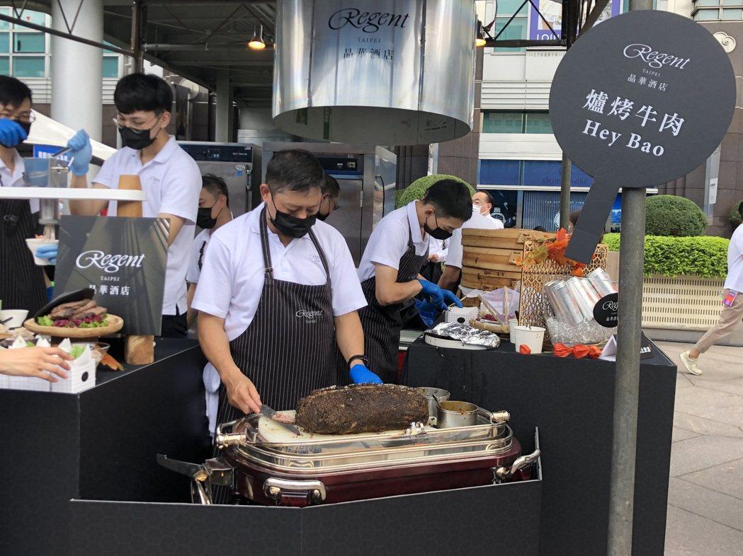 台北晶華酒店的「爐烤牛肉Hey包」,由師傅現切現包。記者/高婉珮攝影。  ※ 提