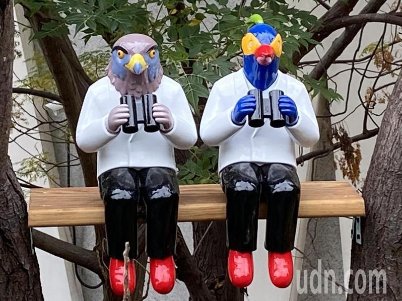 鸚鵡人與南路鷹人裝置藝術出現在縣立美術館前,相當吸睛。記者林敬家/攝影