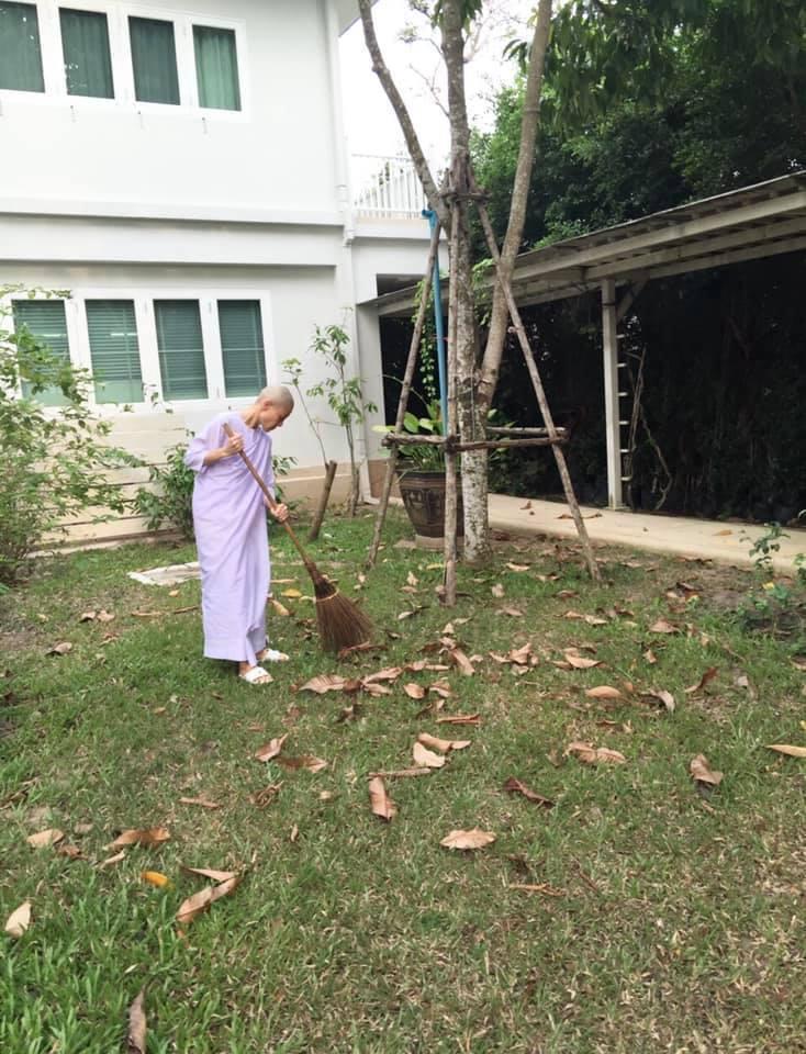 如今西拉米寄居寺廟,打掃環境。(取自臉書)
