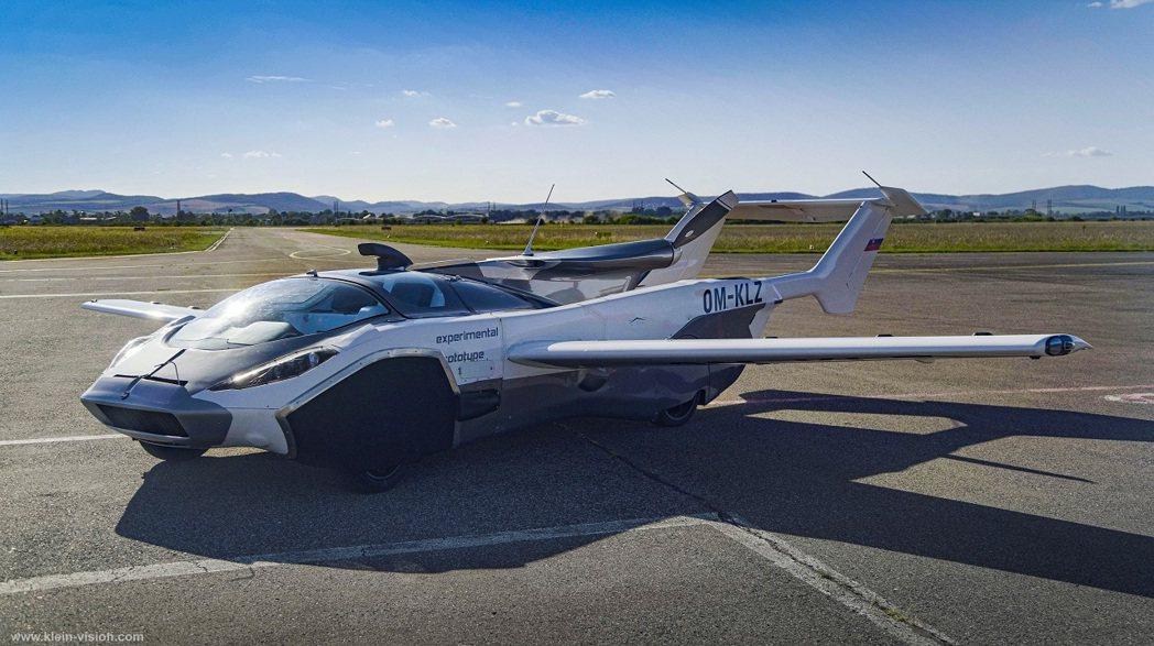 斯洛伐克飛行車製造公司「克萊恩願景」推出的原型車「空中飛車」,在飛行狀態下,航程...