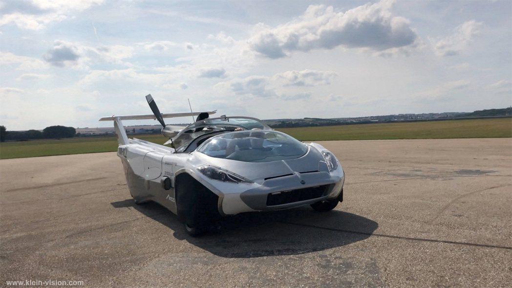 斯洛伐克飛行車製造公司「克萊恩願景」推出的原型車10月首飛,從飛機變跑車只需不到...
