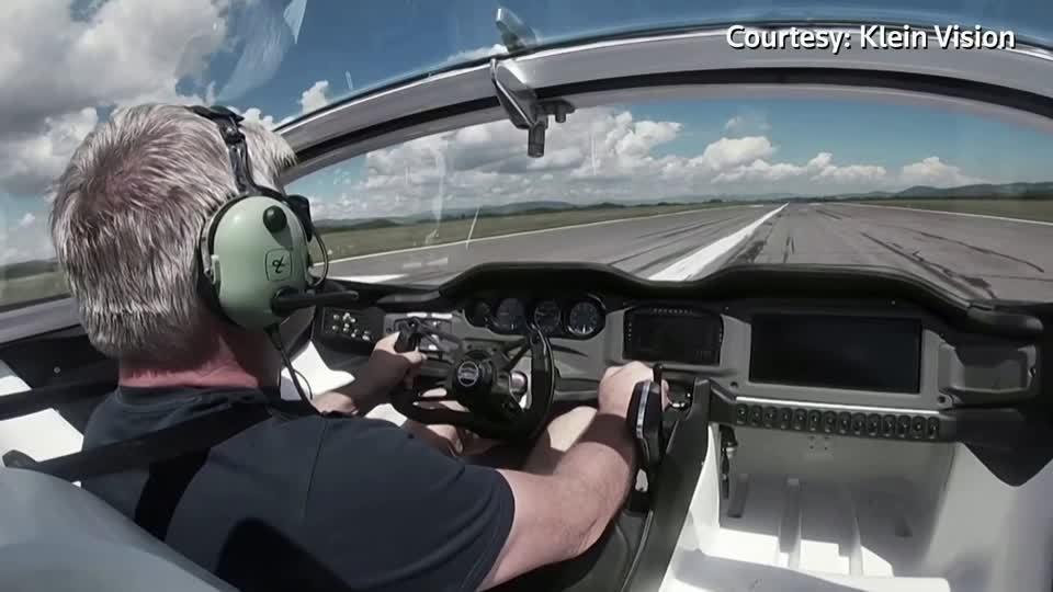 斯洛伐克飛行車製造公司「克萊恩願景」推出的空中飛車10月首飛,成功完成兩次起降和...
