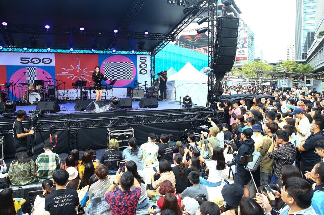 吳卓源在「500趴」賣力演出,台下擠滿觀眾。記者葉信菉/攝影
