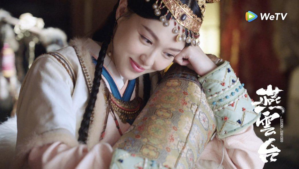 唐嫣在「燕雲台」中托腮露出嬌羞女兒笑。圖/WeTV海外站提供