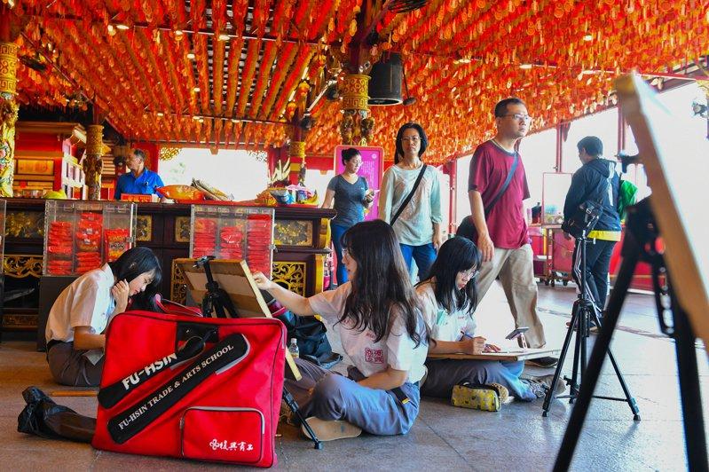 復興商工風景寫生隊學生在指導老師帶領下,至中和南山福德宮進行寫生活動。圖/復興商工提供