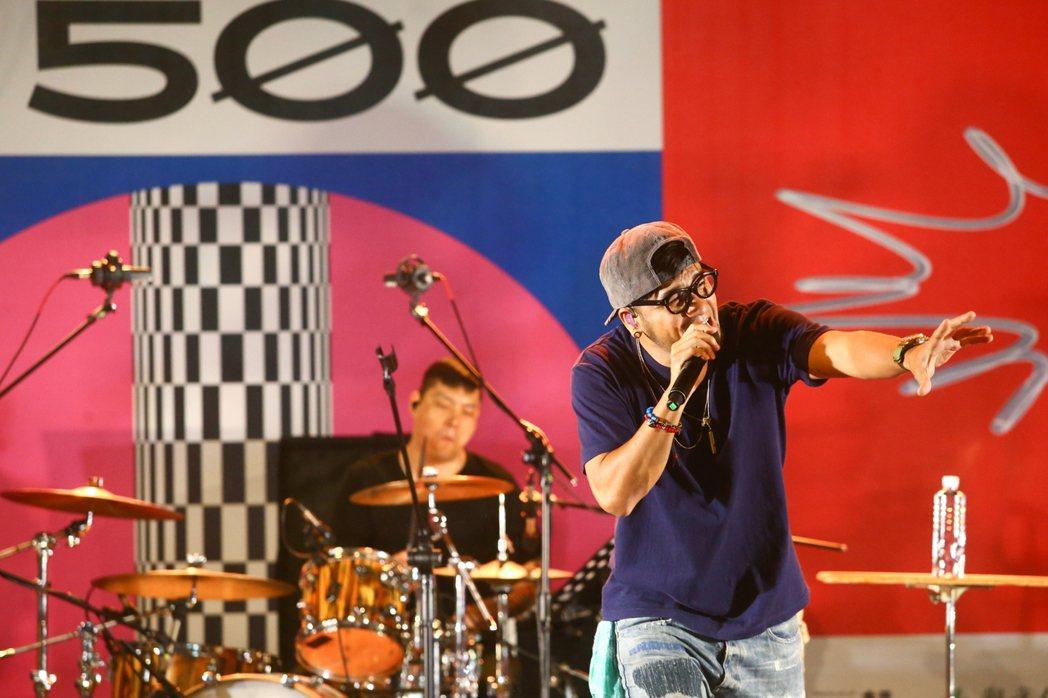 張震嶽今天受邀擔任「500趴」壓軸演唱嘉賓。記者葉信箓/攝影