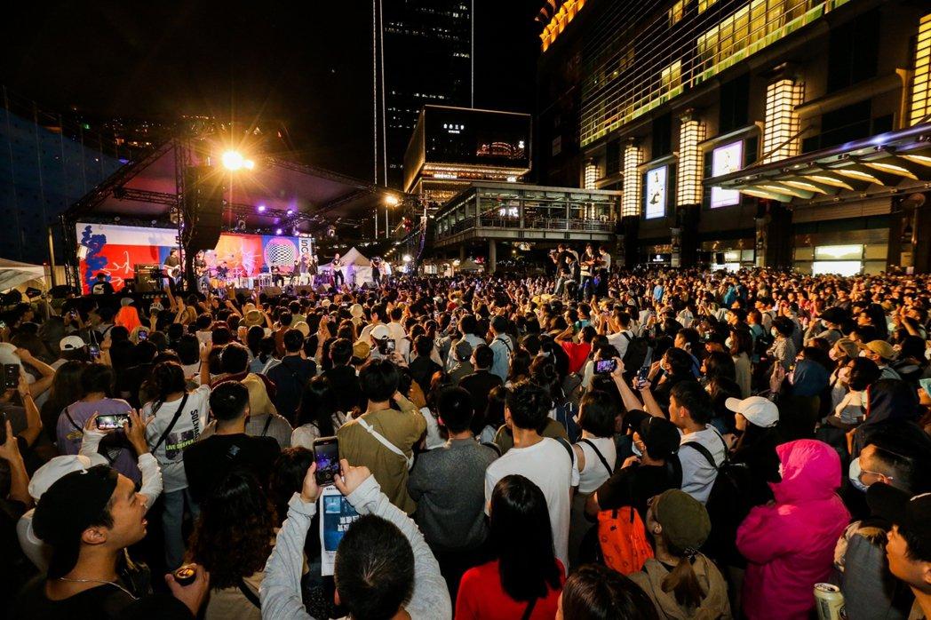 即便入夜、接連登場的樂團持續炒熱氣氛,令人潮久久不散。記者陳立凱 / 攝影。