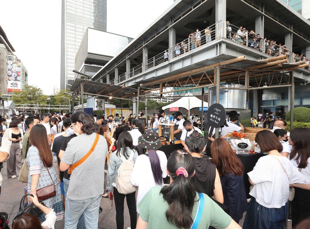 連二樓空橋都匯聚大量人潮,也令活動全日參與人次突破50,000人次。記者余承翰 ...