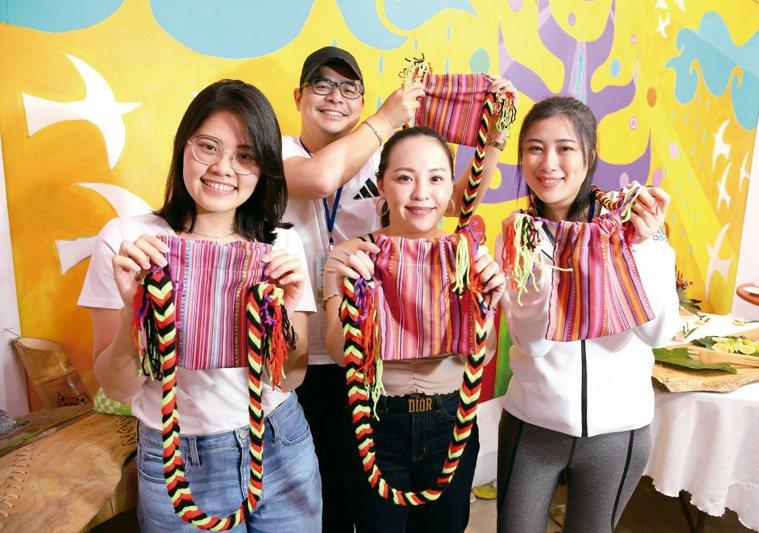 情人袋是阿美族的特色配件,可以現場學習編織技法,製作屬於自己的情人袋。記者林澔一...