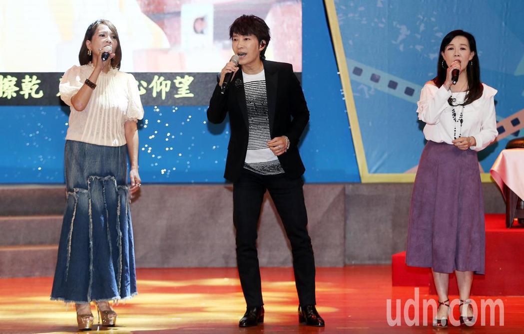 邰正宵(中)與何方(左)、胡藝芬在醫療奉獻獎頒獎典禮中獻唱「仰望」與「九百九十九...