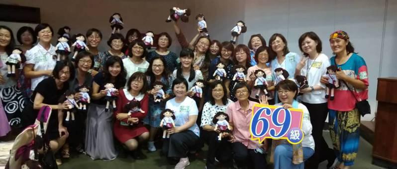 畢業逾40年的雄女人,在母校96年校慶活動首次重聚,回味當年。圖/高雄女中提供