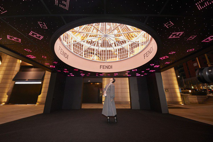 韓藝瑟在首爾Galleria百貨的FENDI耶誕樹下觀賞燦爛的FF裝飾。圖/FE...