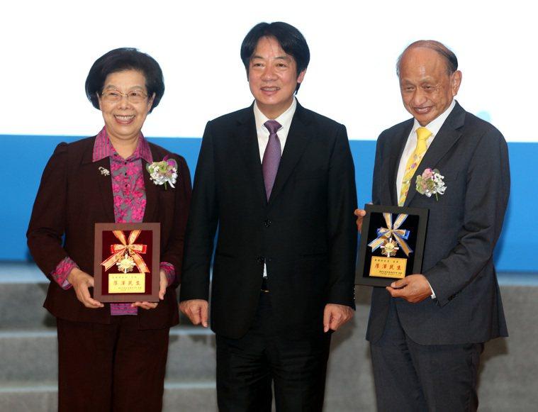 副總統賴清德(中)昨頒發感謝狀給醫療奉獻獎活動創辦人張博雅(左)及黃明和。記者侯...