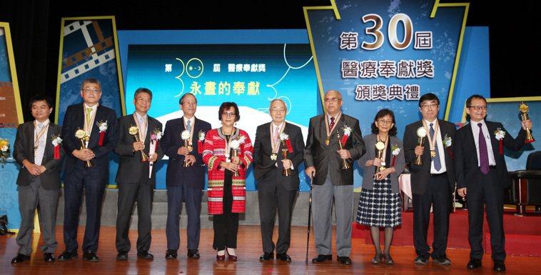 醫療奉獻獎頒獎典禮昨天舉行,團體及個人醫療奉獻獎得主包括莊世豪常務監事(左起)、...