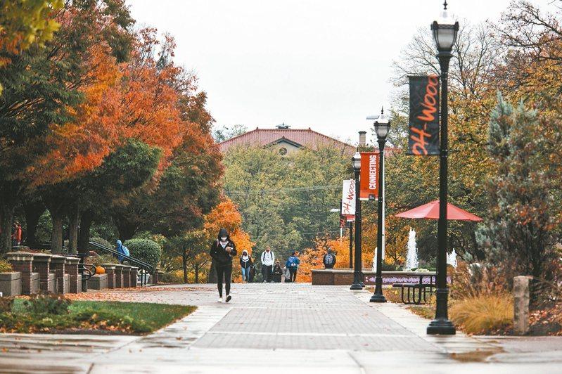 新冠疫情使美國大學普遍陷入財務困境,俄亥俄衛斯理大學取消了18個科系以撙節開支。 紐約時報