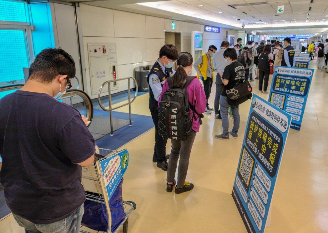 指揮中心表示,台灣還是採取居家檢疫和集中檢疫作為入境後的第一關,是屬於較高強度的...
