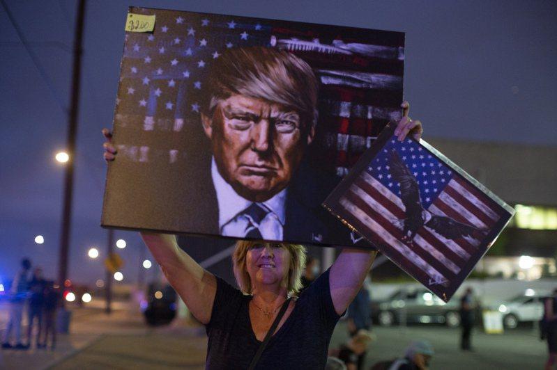 川普的支持者在鳳凰城高舉其肖像。美聯社