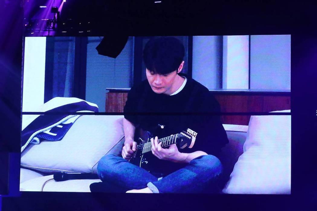李榮浩錄製影片替楊丞琳伴奏,畫面逼哭萬名觀眾。記者曾原信/攝影