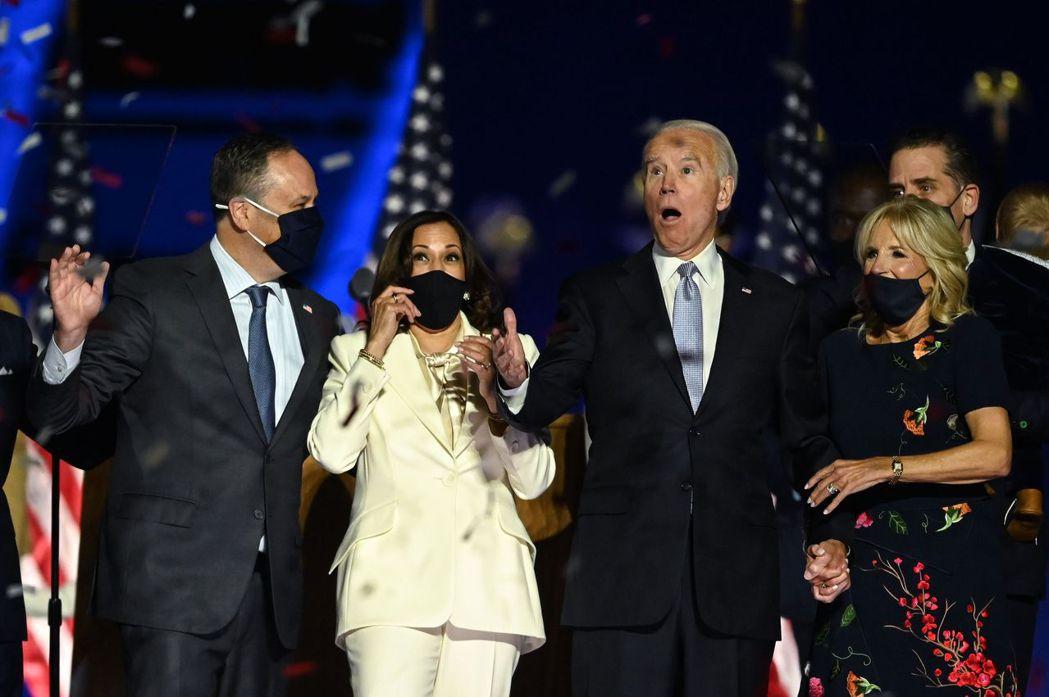未來的美國第一家庭和第二家庭,7日在德拉瓦州的勝選集會上聯袂亮相。(Getty ...