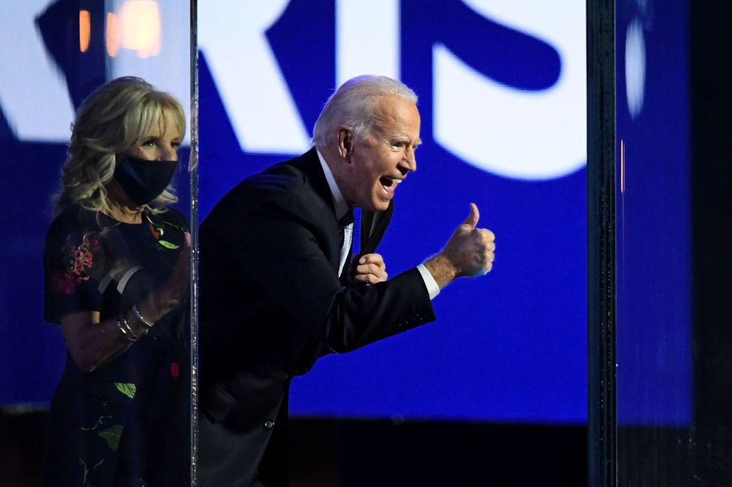 總統當選人拜登和夫人吉爾7日晚在德拉瓦州一同上台,他豎起大拇指向支持者致謝。(G...