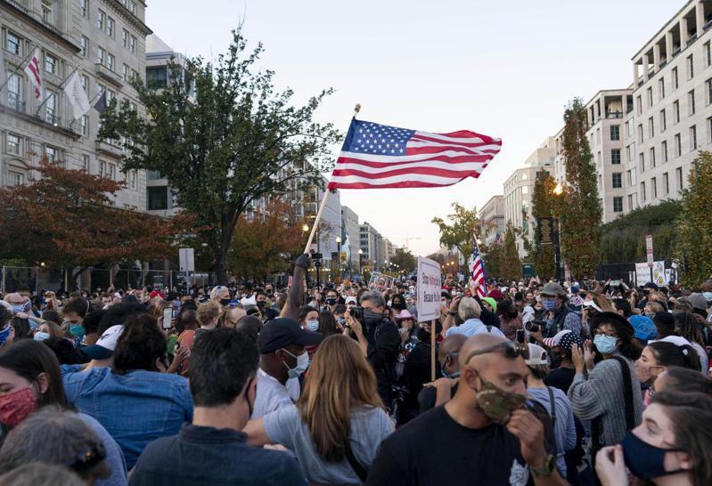 美國大選結果出爐,民眾聚集慶祝。 新華社