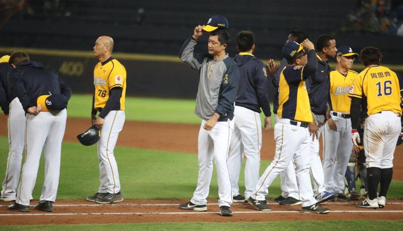 中華職棒中信兄弟在台灣大賽一度聽牌,不過之後3連敗,與總冠軍獎盃擦肩而過。總教練丘昌榮(前中)8日賽後表示,自己沒有帶好,會好好檢討。中央社
