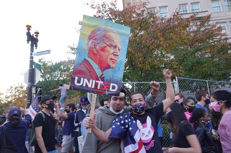 上千民眾聚集在BLM廣場慶祝。華盛頓記者張文馨/攝影