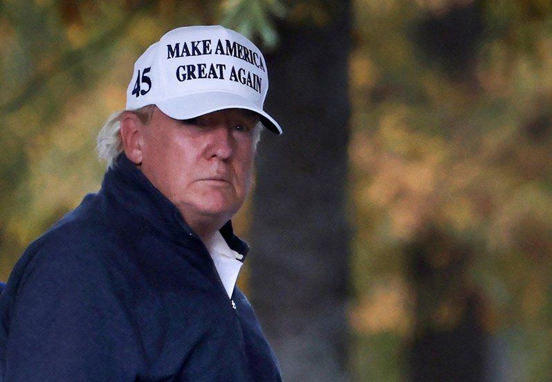 美國總統川普7日得知多家媒體宣布拜登當選後,從維吉尼亞州的自家高球場返回白宮,神情凝重。路透