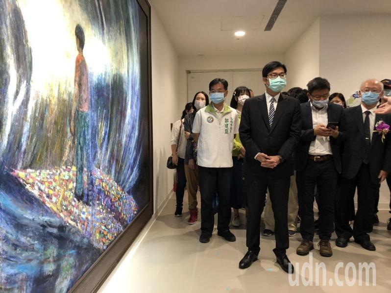2樓心衛中心入口處掛著一幅巨型油畫,高雄市長陳其邁在這幅油畫前端詳許久,感受意境。記者王慧瑛/攝影
