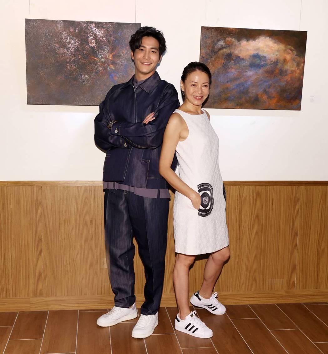 吳翔震首度舉行個人畫展「光合作用 X 吳翔震」影后柯淑勤(右)來站台。圖/經紀人