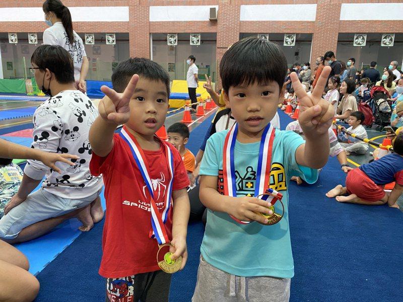 完賽後的小朋友開心的獎牌合影。記者劉星君/攝影