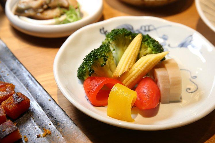 出汁六色旬野菜。記者陳睿中/攝影
