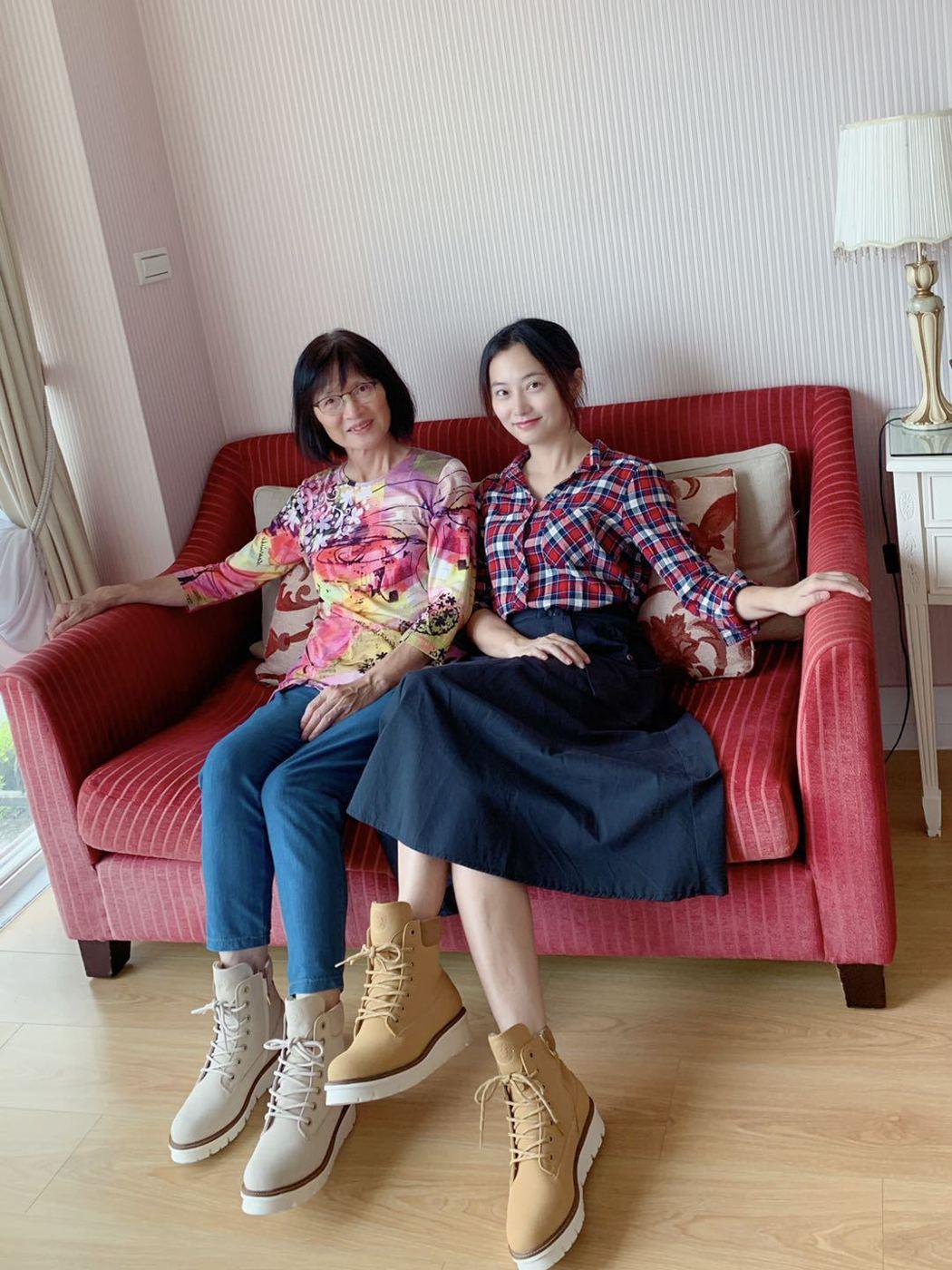 趙小僑(右)與媽媽穿母女鞋出遊。圖/修毅提供
