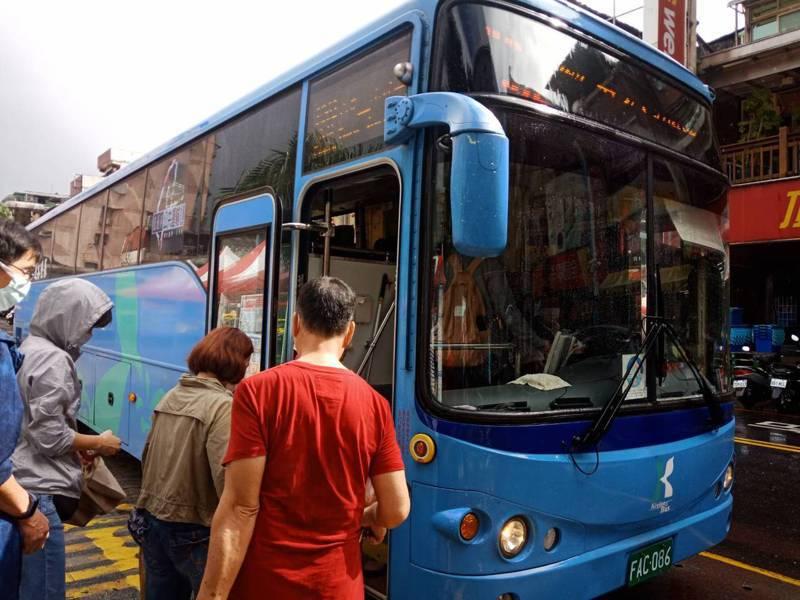 基隆客運行駛台北、金瓜石的1062線原是黃金路線獲利,受疫情影響載客量下滑,難以彌補他線虧損,基客已公告1003線上12月1日起停駛。記者邱瑞杰/攝影