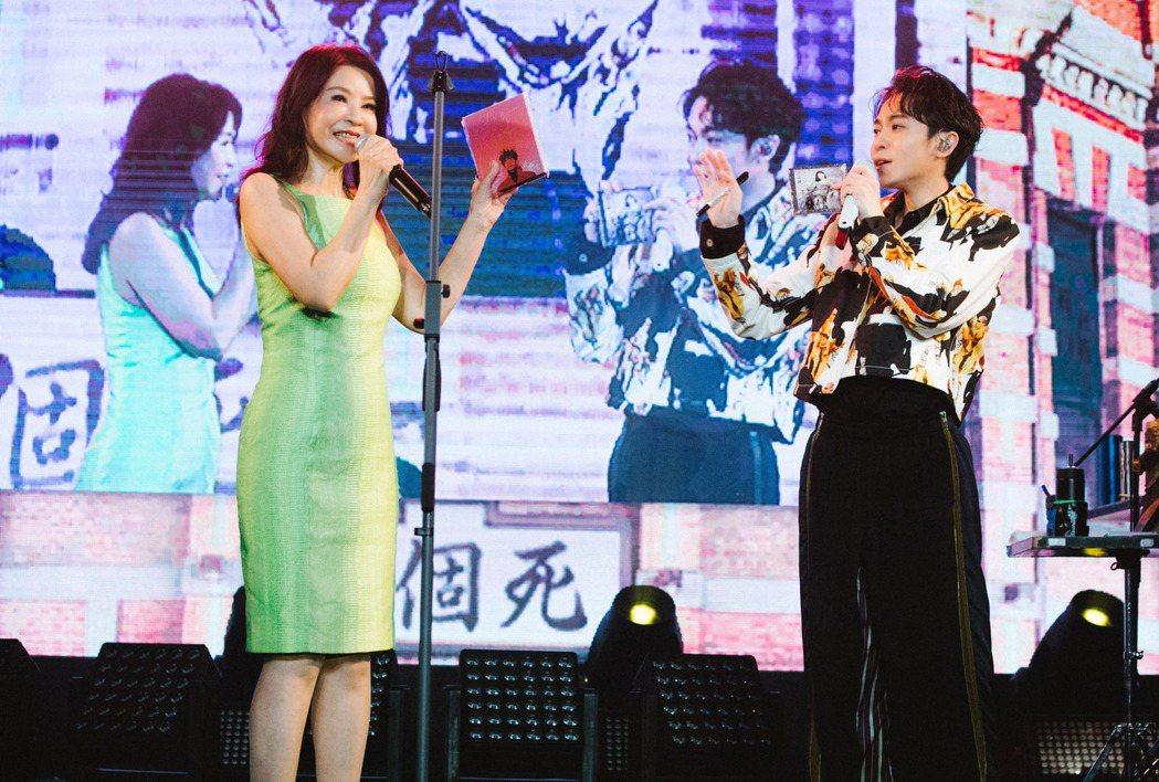 吳青峰(右)跟方瑞娥合唱「三個愛人」。圖/環球音樂提供
