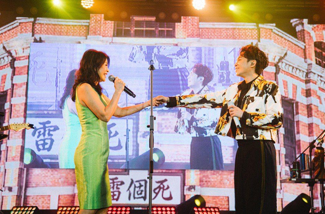 吳青峰(右)跟方瑞娥的互動逗樂全場。圖/環球音樂提供