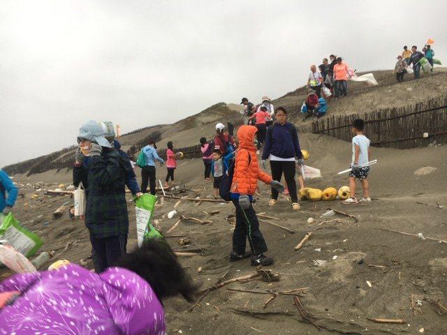 苗栗縣後龍鎮7日「環境教育-淨灘活動,共清除252.16公斤海廢。圖/林錦坤提供