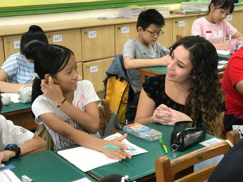 六都相繼花大錢請外師,也培訓本土師資衝刺雙語實驗教育,圖為新北市光復國小把英語融入五、六年級課程,該校有8名外師 。圖/新北市教育局提供