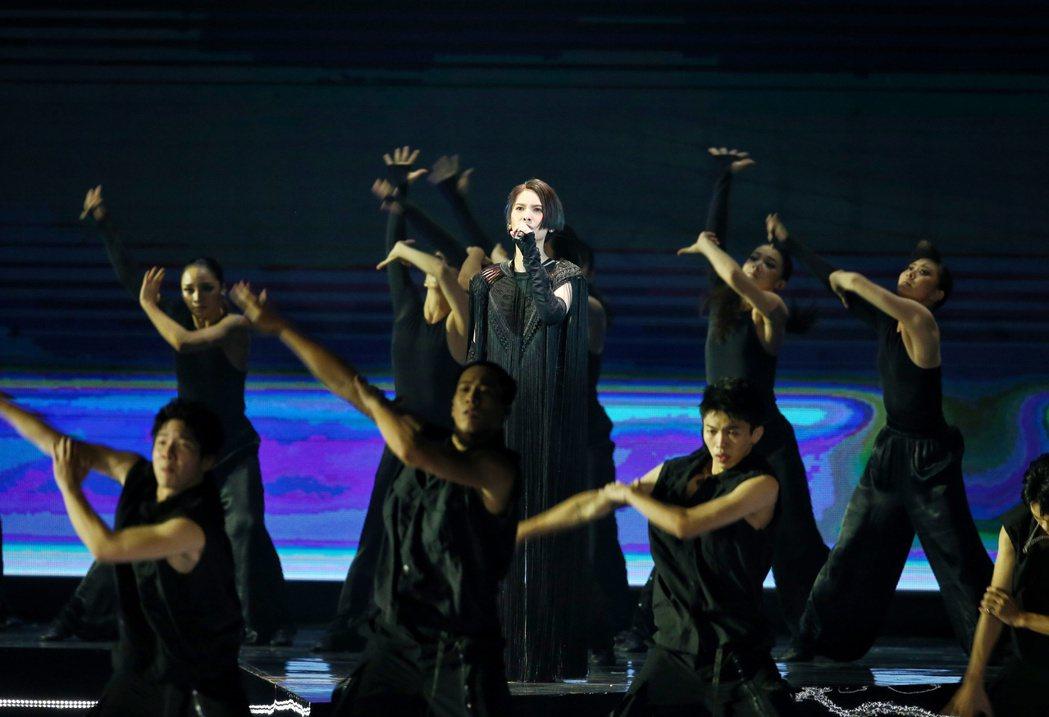 楊丞琳(中)展現舞技。記者曾原信/攝影
