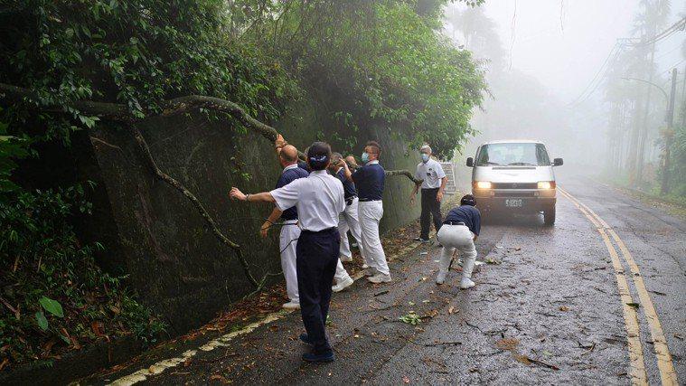 醫護人員加入慈濟人醫會,自費、自假、自掏腰包、翻山越嶺、風雨無阻為偏遠貧困地區的...