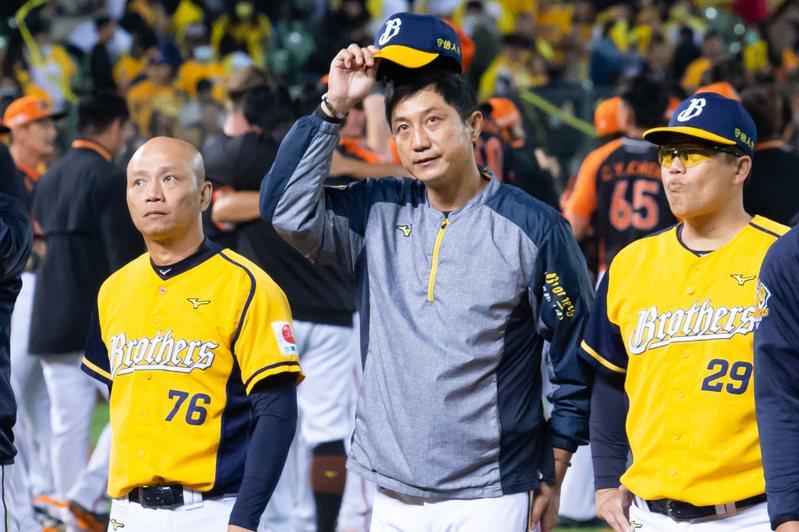 中信兄弟隊在今年總冠軍賽再度飲恨,總教練丘昌榮(中)向球迷致意。記者季相儒/攝影