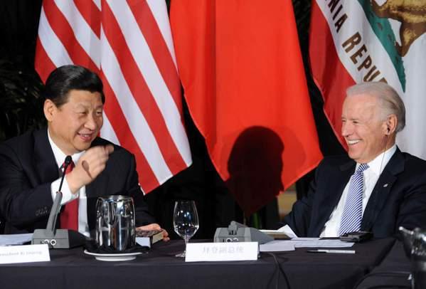 大陸國家主席習近平(左)2012年2月訪問美國時,拜登副總統全程陪同,兩人在洛杉...
