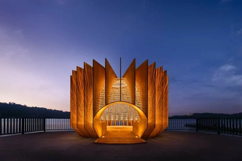 日月潭伊達邵碼頭出現新地景,《竹編裝置藝術築巢計畫 II 青背山雀》日夜都美。...