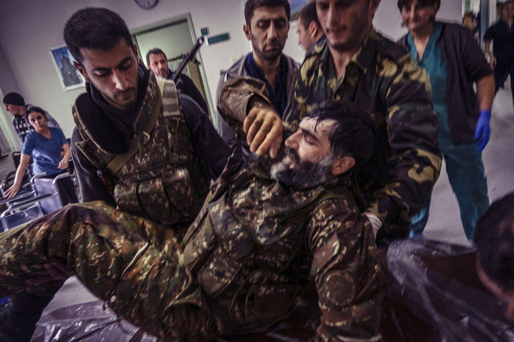 9月底開打的「納戈爾諾-卡拉巴赫戰爭」8日傳出重大戰況,亞塞拜然軍周日下午確認攻...