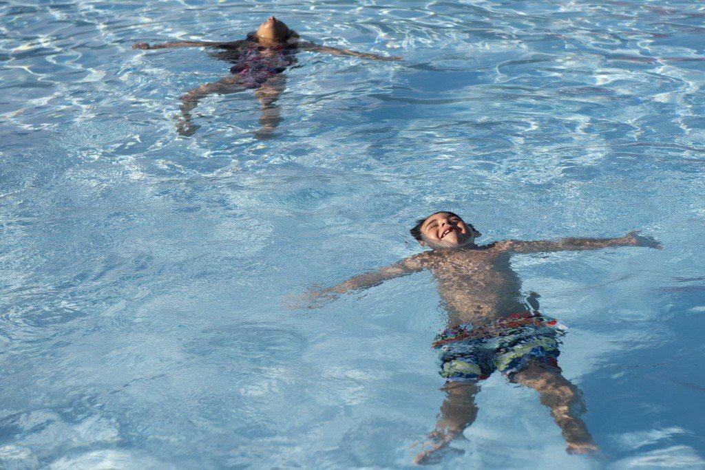 人體胸腔位於身體正面而非背面,所以躺在水面上其實會比趴在水面更省力。 圖/美聯社