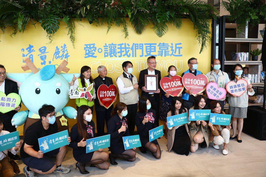 清景麟建築團隊林聰麟(右5)捐助300萬元給三組台南在地的公益團體,台南市長黃偉...