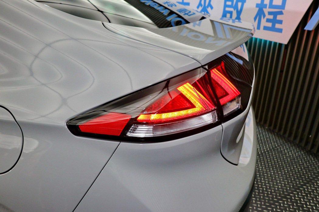 Fastback斜背美臀造型中整合箭矢型LED尾燈。 記者陳威任/攝影