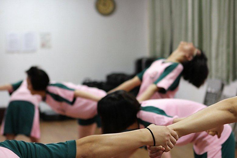 誠正中學彰化分校參與戲劇表演的女學生進行肢體開發課程。 圖/誠正中學彰化分校