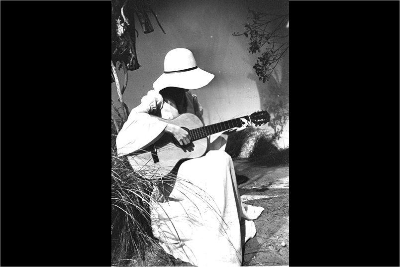 頭戴寬邊帽遮去臉龐,抱著吉他自彈自唱的洪小喬,攝於1972年。 圖/聯合報系資料照