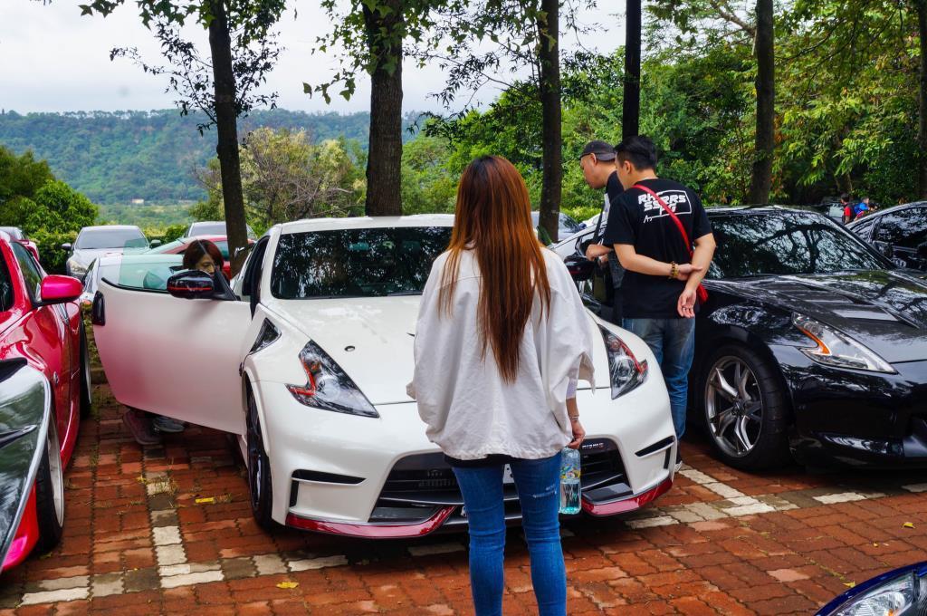 摸摸蹭蹭看看,也是車聚的最大樂趣之一。 記者趙駿宏/攝影